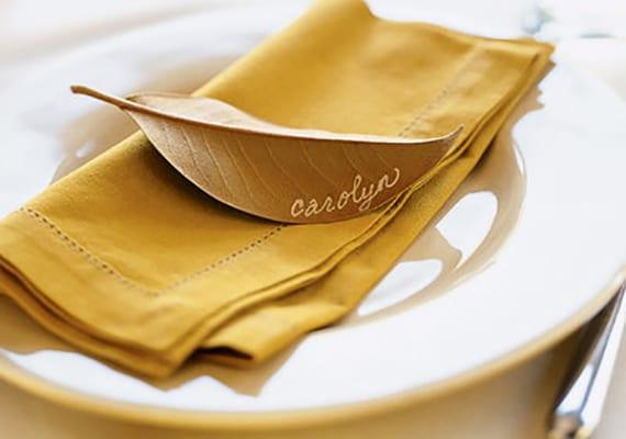 platzteller deko basteln mit blätter_diy namenschilder aus baumblätter