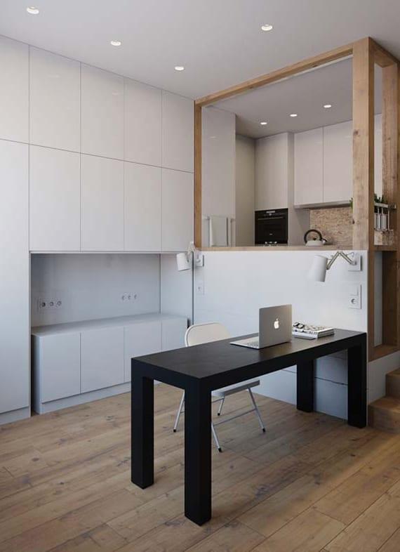 kreative idee für kleines homeoffice im Wohnzimmer mit schwarzem schreibtisch und wandnische für tischaufbewahrung