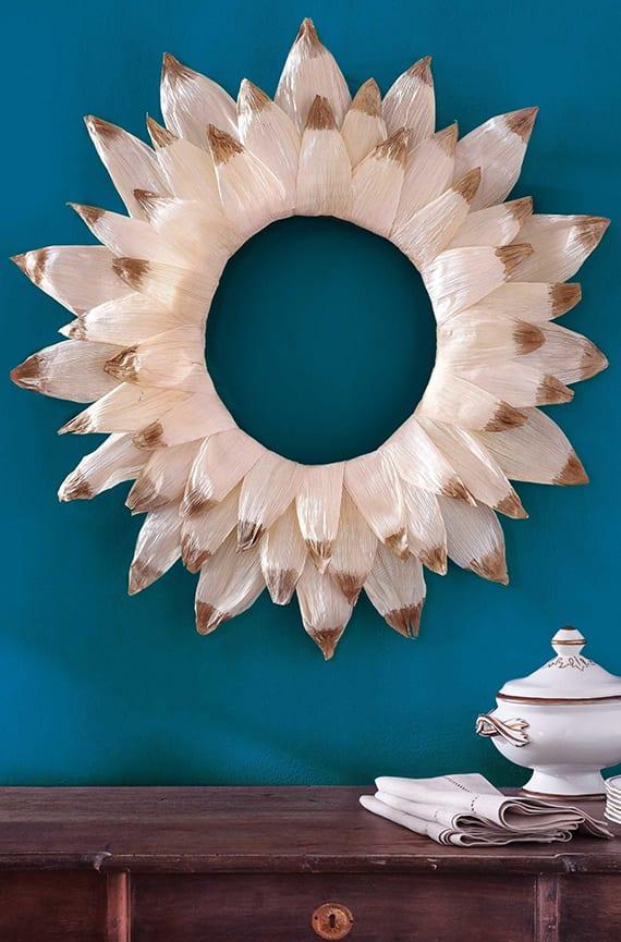 wand gestalten mit wandfarbe blau und selbstgemachtem Kranz aus Maishülsen
