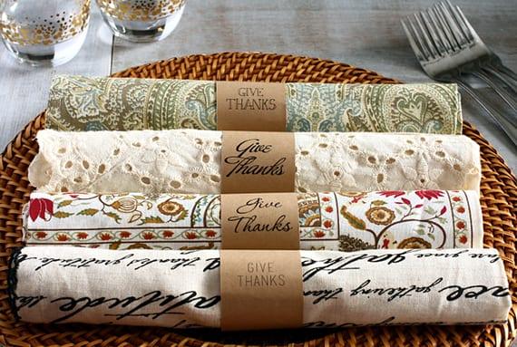 tisch decken mit servietten und diy serviettenringen aus Papier
