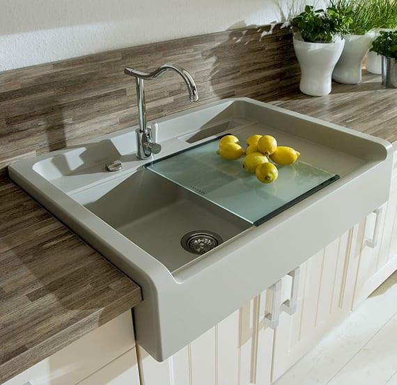 küchenideen für moderne küchenrenovierung und küchengestaltung mit unterschränken in vanille farbe, einbauspüle in pastellgrau, arbeitsplatte und spritzrückwand aus holz