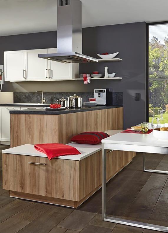 farbgestaltung küche in grau, weiß und holz_ küchenideen für moderne küchengestaltung und raumsparende einrichtung mit winkelküche und sitzbank in holzoptik