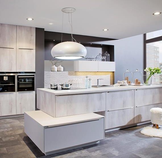 coole küchenideen für moderne küchengestaltung mit wandfarbe schwarz, einbauküche mit kochinsel aus holz´, wandnische mit regalen und einbauleuchten und moderner pendellampe wei