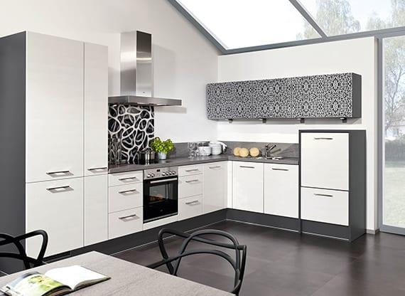 küchenideen für küchengestaltung mit winkelküche in grau und weiß mit modernen oberküchenschränken mit schranktüren bedrückt und schwarzweißer spritzwand mit designer muster