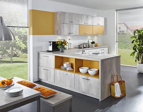moderne küchengestaltung mit winkelküche in gelb und grauem holz_küchenideen für kleine küchen