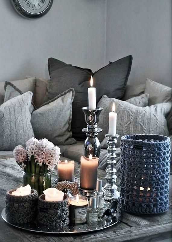 moderne weihnachtsdeko ideen im skandinavischen stil für tischdeko mit kerzen in gestrickten teelichthalter,silbernen kerzenhalter und Hyazinthen