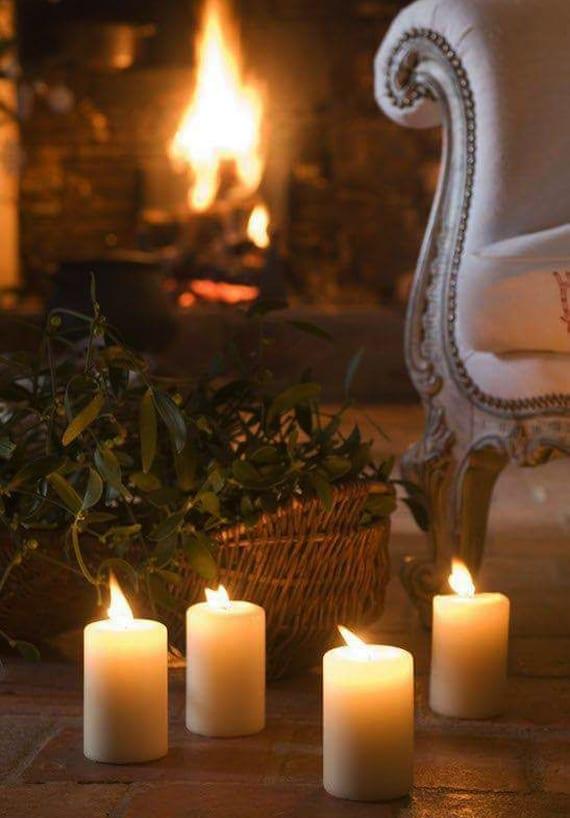 wohnzimmer romantisch gestalten mit kerzen und weidenkorb mit olivenzweigen vor dem kamin