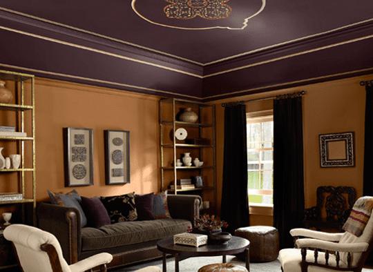 coole farbgestaltung wohnzimmer mit lila deckenfarbe und Ocker wandfarbe