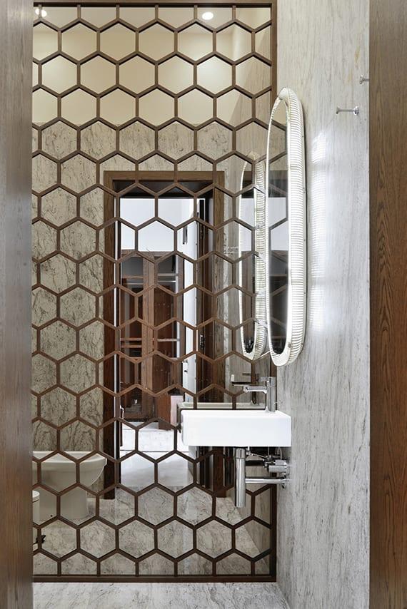 moderne wandgestaltung mit spiegelwand und hexagon-muster aus holz