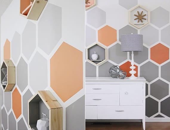 coole wand streich idee mit sechseck wandmuster für akzentwand in grau und orange mit hexagon regalen aus holz