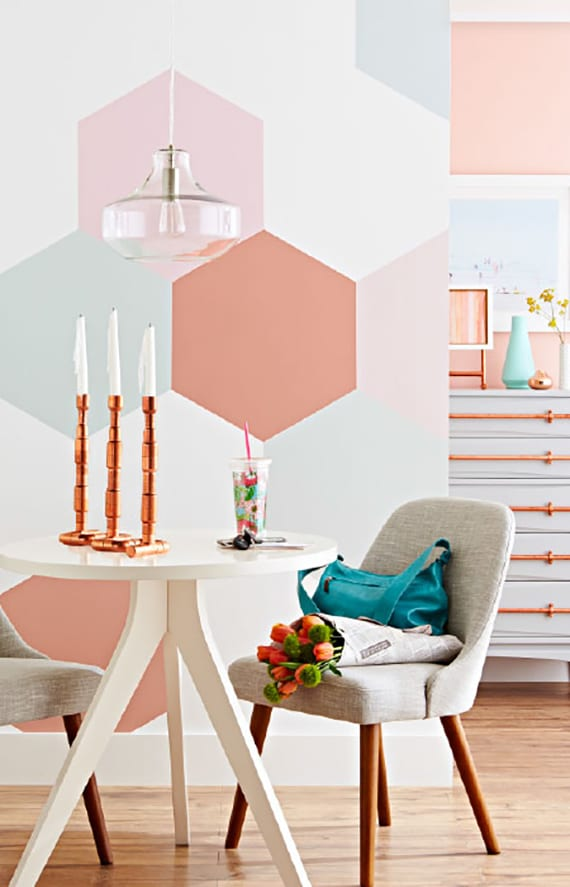 coole wand streichen idee mit hexagon wandmuster in hellblau und hellrosa für akzentwand in kleinem wohnesszimmer mit rundem esstisch weiß und polsterstühlen grau