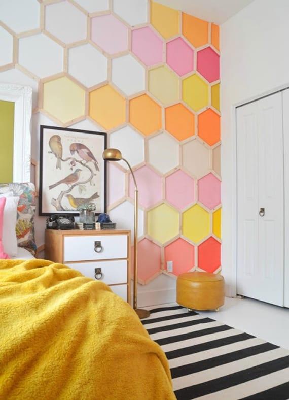 kreative farbgestaltung schlafzimmer in gelb, pink und orange und originelle wandgestaltung mit farbe und hexagon wandmuster aus holz