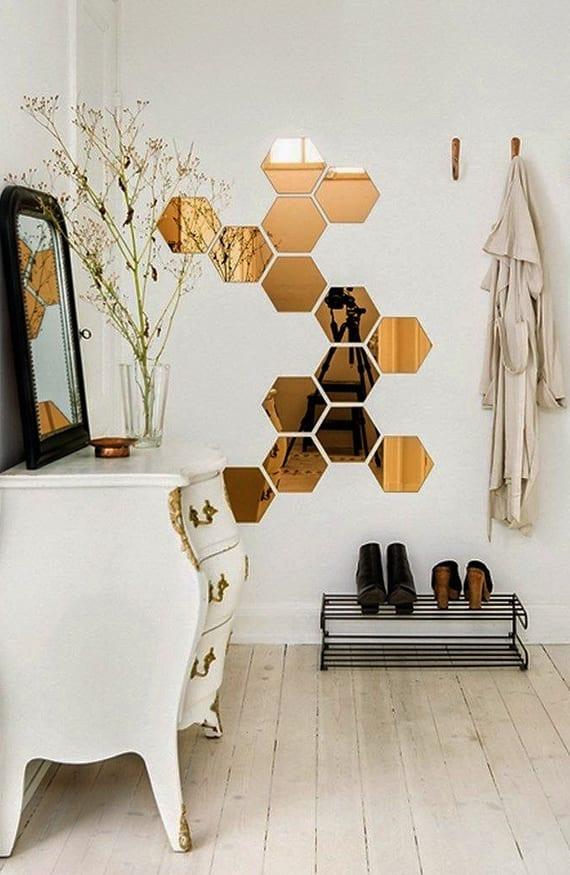 originelle und moderne wandgestaltung flur mit hexagon spigeln, schwarzem schuhregal aus metall, weißem sideboard im barock stil und spiegel im schwarzen spiegelrahmen