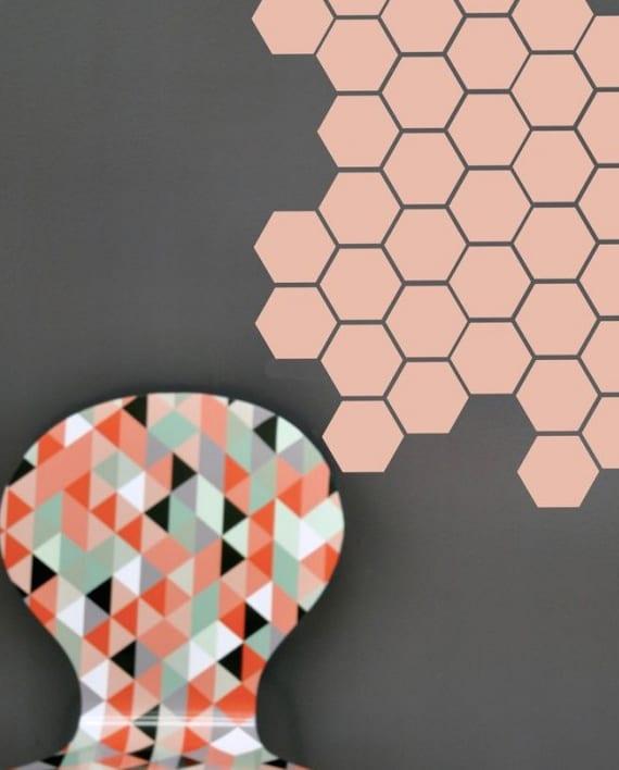 interessante wandgestaltung mit wandfarbe grau und rosafarbigen hexagon-stickern