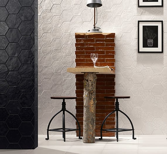 coole raumgestaltung im industrial style mit weißen und schwarzen hexagon wandfliesen und diy Tisch aus holz mit vintage-hockern