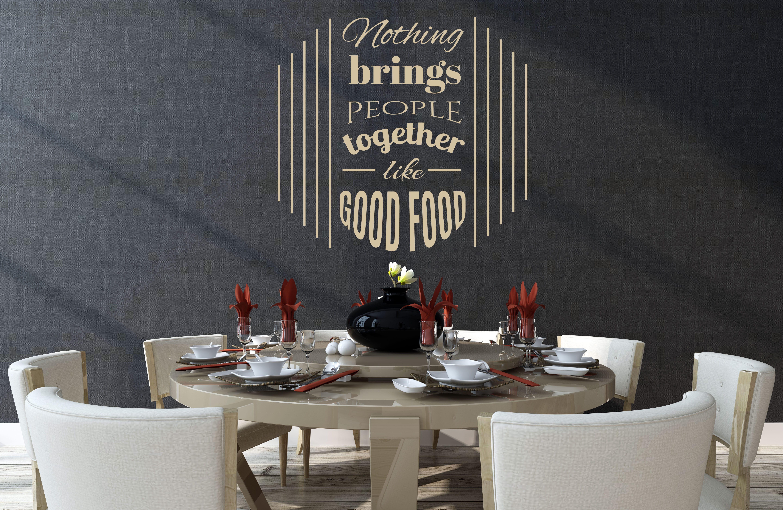 moderne wandgestaltung wohn-esszimmer mit schwarzer tapete und goldenem spruch-wandtattoo küche