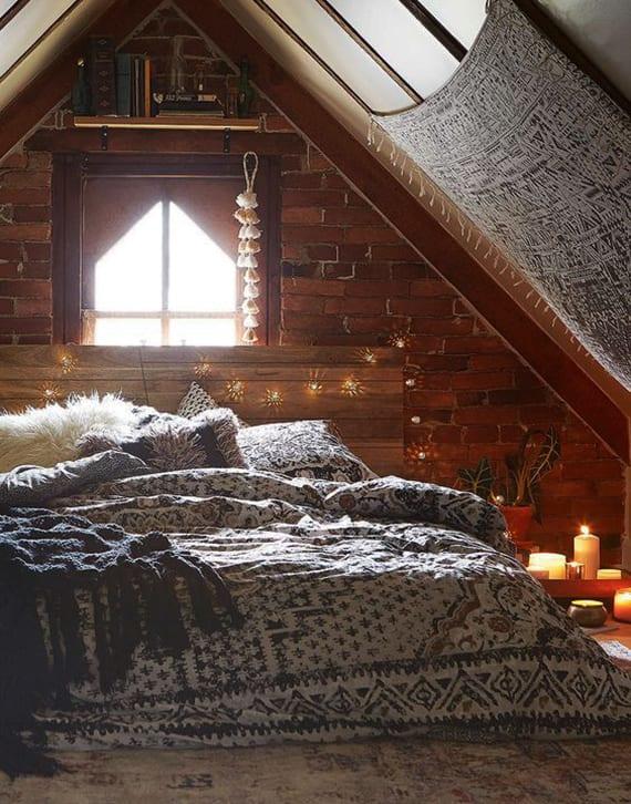 gemütliche schlafzimmer unter dach weihnachtlich gestalten_kleines schlafzimmer mit ziegelwand, holzbettkopfteil und wandtusch-deko