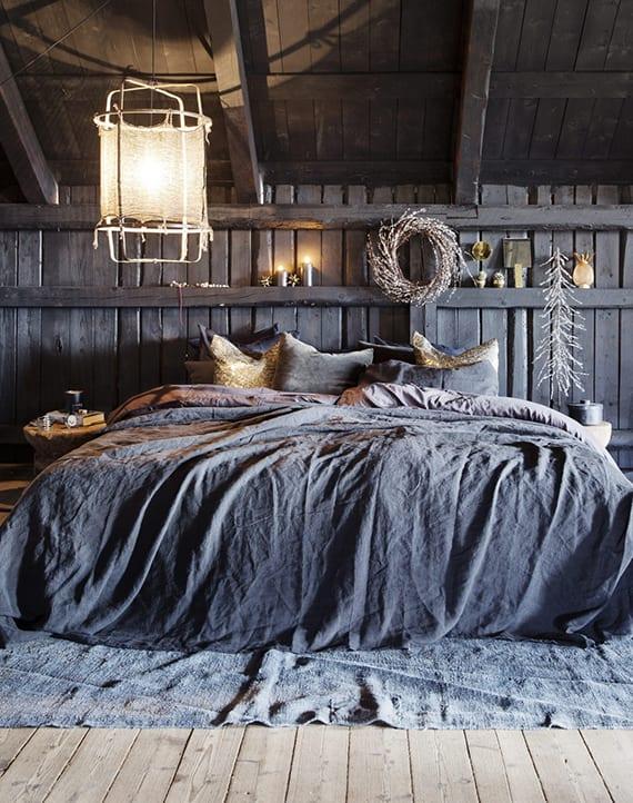 schlafzimmer unterm dach einrichten_rustikales schlafzimmer in holz und grau mit weihnachtlicher dekoration