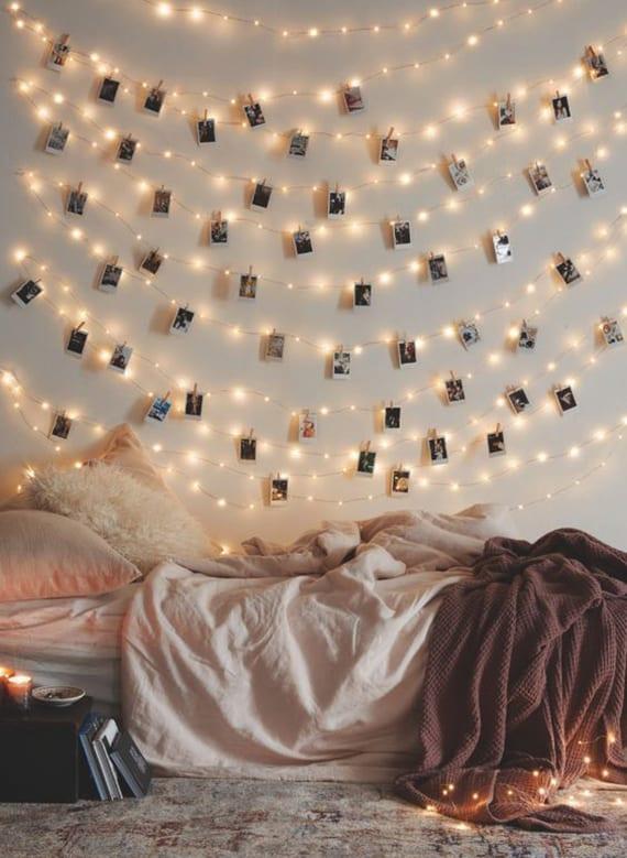 schlafzimmer weihnachtlich dekorieren mit diy weihnachtsbaum aus lichterkette als wandgestaltung