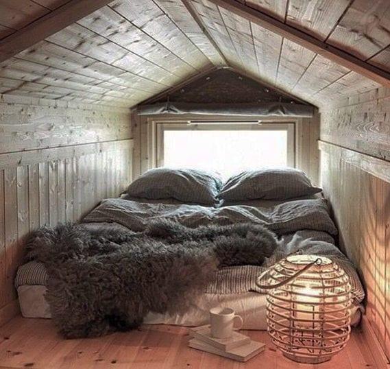 kleines schlafzimmer gemütlich einrichten mit matratze, bettwäsche und pelzteppich grau und weidenlaterne