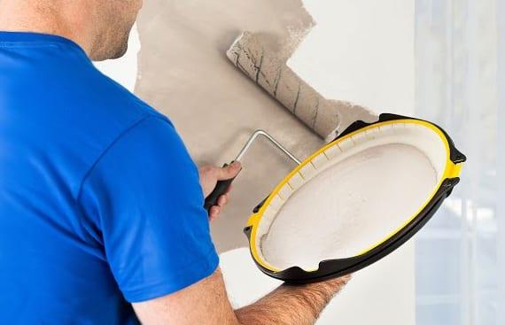 wand streichen ohne kleckse mithilfe von antigravitation-farbwanne