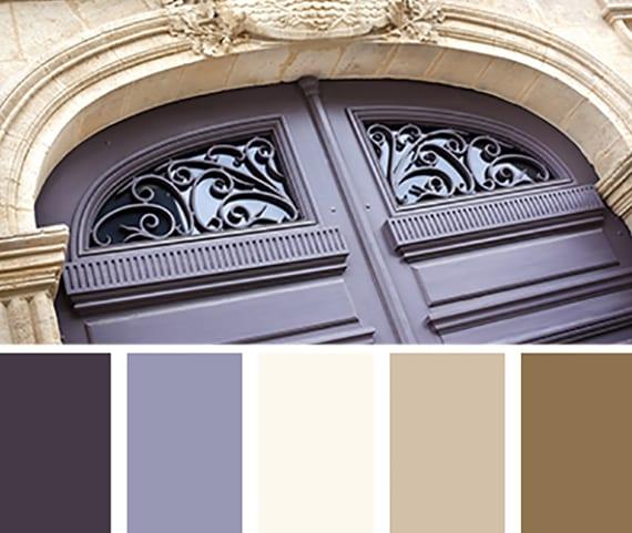 idee für wohnraumgestaltung durch die farbkombination von dunkellila und neutralen farben