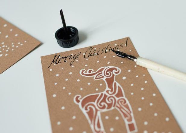 coole selbstgemachte weihnachtskarten gestalten mit weißen punkten und hirsch-stempel