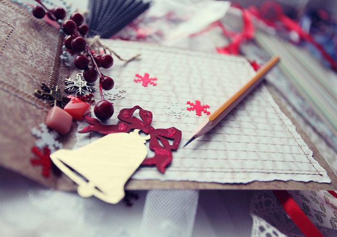 coole bastelidee für diy weihnachtskarten mit Textil, dekorativen Beerenfrüchten und Schneeflocken