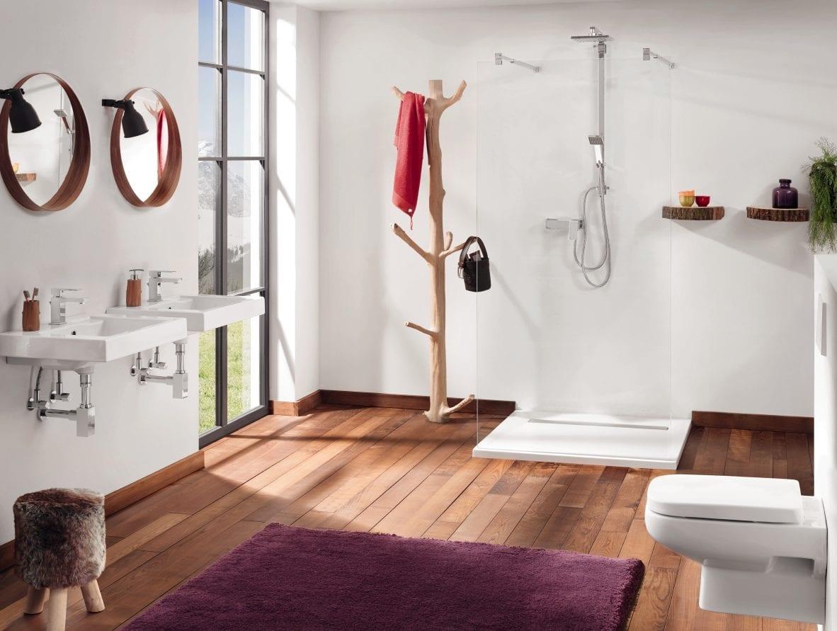 badezimmer mit dusche modern gestalten mit holzfußboden, teppich in lilla, wandregalen aus holzscheiben, runden badspiegeln und diy tuchhalter aus baumast