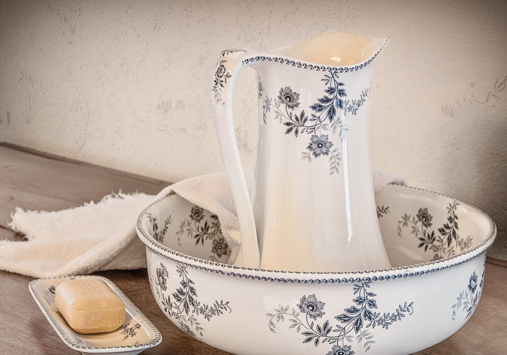 badezimmer dekorieren mit rustikaler dekoration aus keramischen wohnaccessoires
