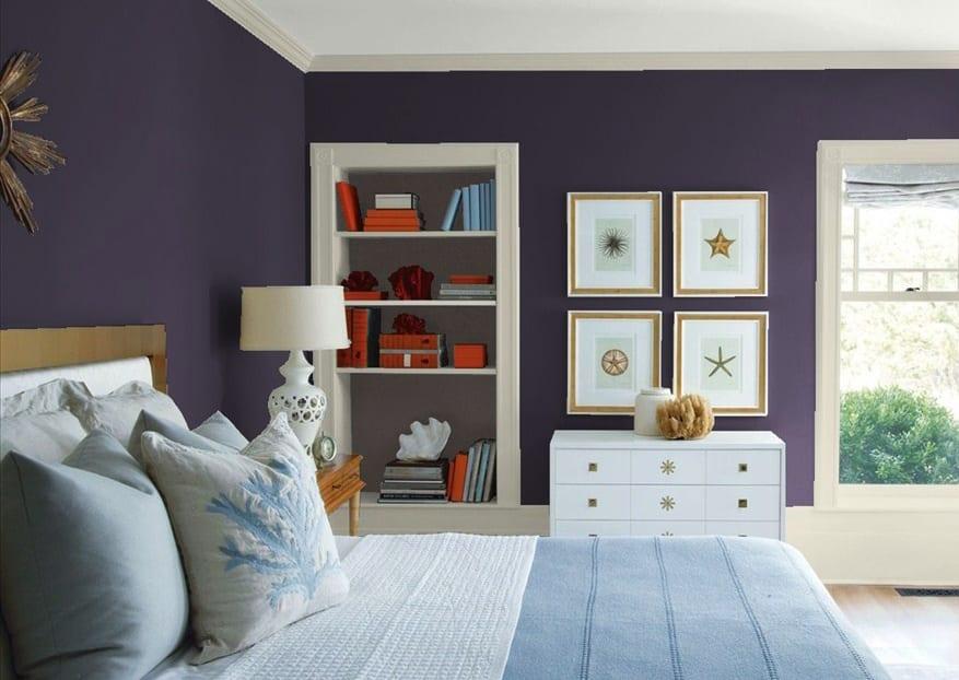 die farbe lila für moderne farbgestaltung schlafzimmer mit weißer kommode und wandnische