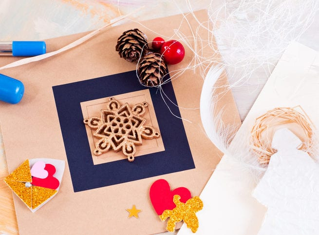 weihnachtskarten gestalten in blau und hellrosa und mit goldenen Engeln und roten Herzen dekorieren