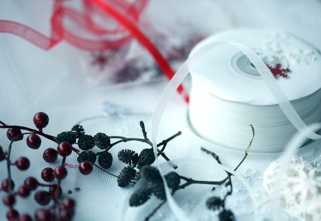 diy weihnachtskarten kreativ gestalten mit mini-zapfen, roten beerenfrüchten und weißer spitze