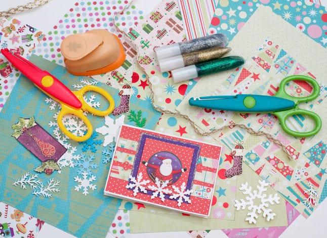 Weihnachtskarten gestalten mit Ausschnitten aus Geschenkpapier und brokat
