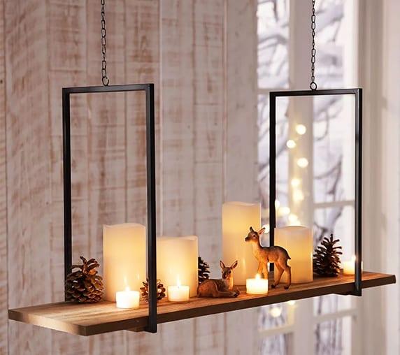 moderne Weihnachtsdeko mit Hänge-Kerzentablett, Nadelbäumezapfen, LED-Kerzen und Reh-Figuren