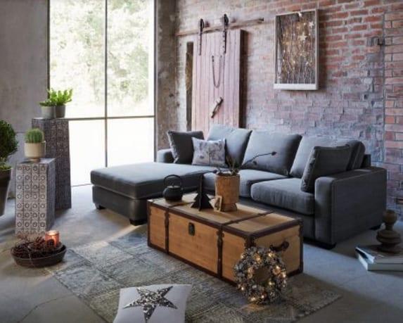 wohnzimmer gemütlich einrichten mit Ecksofa grau und rustikalem Holzkoffer-Couchtisch und weihnachtlich dekorieren mit LED-Bildrahmen, Sternmotiven, Weihnachtskranz
