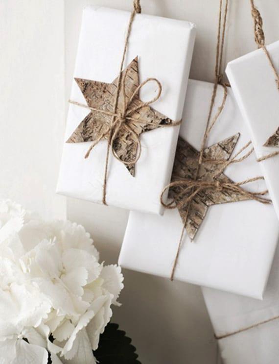 moderne und eifache Geschenkverpackungsideen für Weihnachtsgeschenke mit weißem Geschenkpapier, Holzsterne und Bindfaden