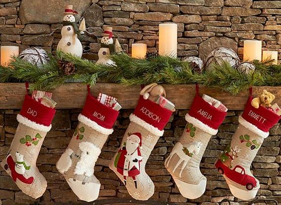 weihnachtsdeko idee mit weihnachtssocken,tannengrün, krerzen und schneeman-figuren
