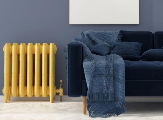 coole wohnideen für kreative farbgestaltung wohnzimmer mit wandfarbe grau, polstersofa dunkelblau und heizkörper gelb