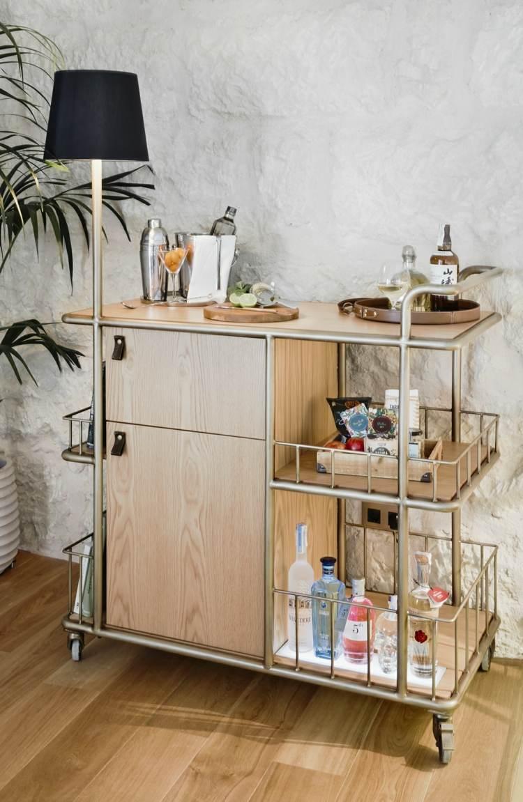kreative raumgestaltung für holtelzimmer mit Minibar aus bronze und holz