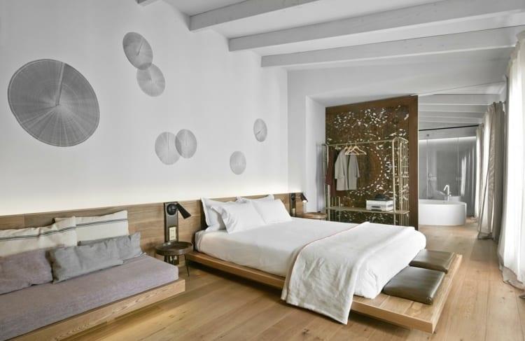 kreative wandgestaltung schlafzimmer mit schwarzen stumpfabdrücken_modernes Schlafzimmer mit Bad, holzsofa,schwebebett mit kopfteil und eingebauten wandleuchten,