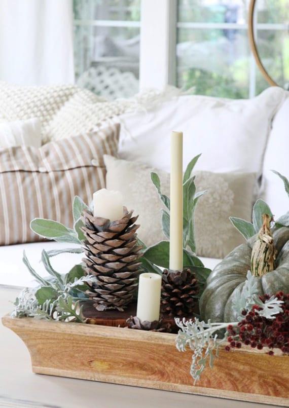 kreative Dekoideen zu Weihnachten mit Grün,Kürbis,nadelbäume zapfen und kerzen in Holzschale