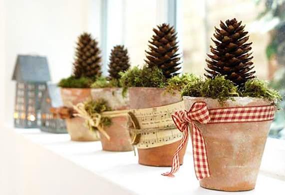 coole Fensterbank Dekoideen mit DIY Weihnachtsdeko mit Zapfen in Blumentäpfen mit Moos