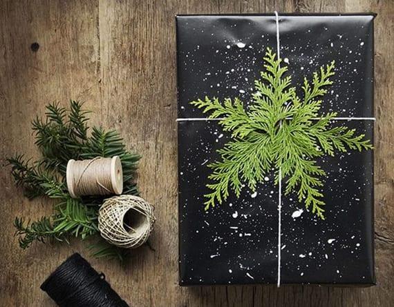 weihnachtsgeschenke verpacken kreativ mit schwarzem geschenkpapier und Grün
