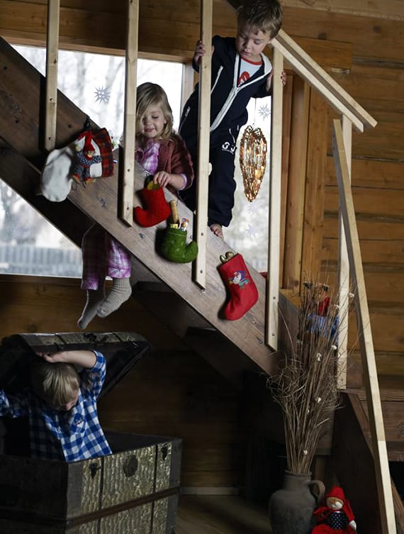 rustikale weihnachtsdeko für holzinnentrepe mit bunten Weihnachtsschuhen_kinder am nikolausfest unterhalten mit coole bastelideen und weihnachtlichen Kinderspielen