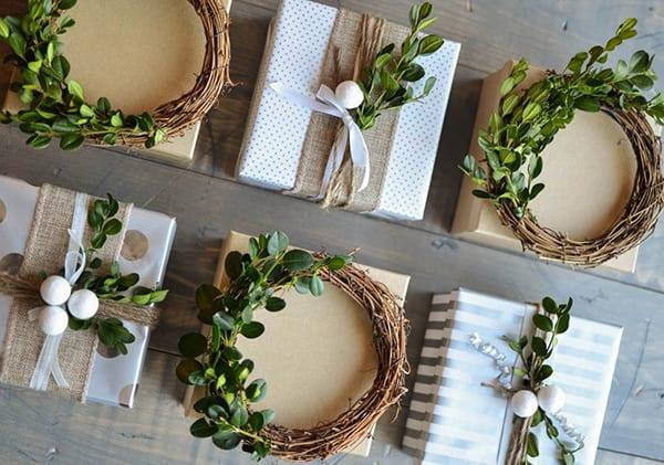 kleine weihnachtsgeschenke verpacken in geschenkboxen und dekorieren mit diy kranz aus buchsbaum