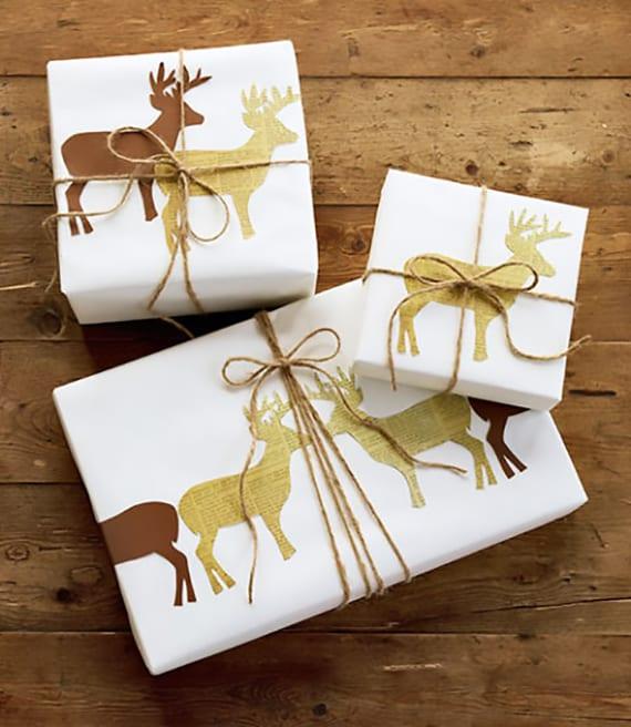 geschenke verpacken weihnachten mit weißem papier und rudolph muster