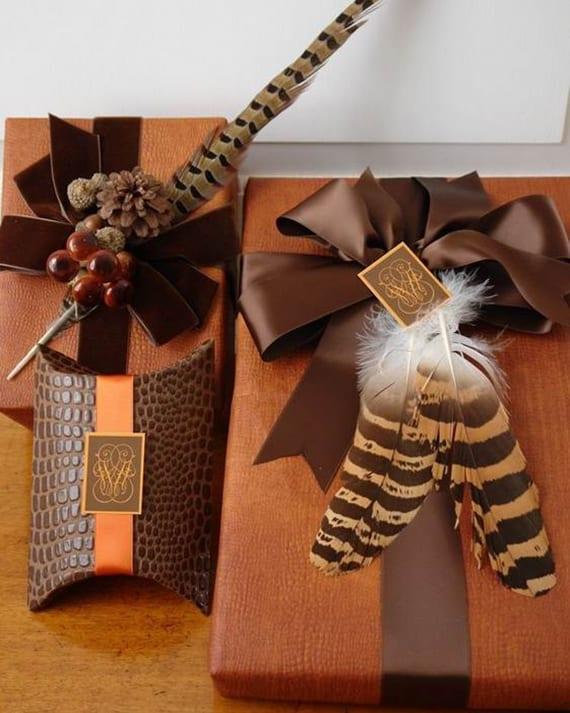 weihnachtsgeschenke verpacken in braun mit Geschenkpapier in lederoptik federn und geschenkschleife braun