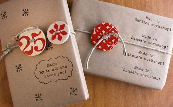 geschenke verpacken weihnachten mit packpapier, bindfaden und knöpfen aus holz