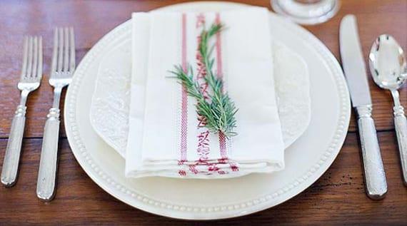 einfache faltideen mit stoffservietten und tannengrün_rustikale tischdeko zu weihnachten mit weißem gedeck